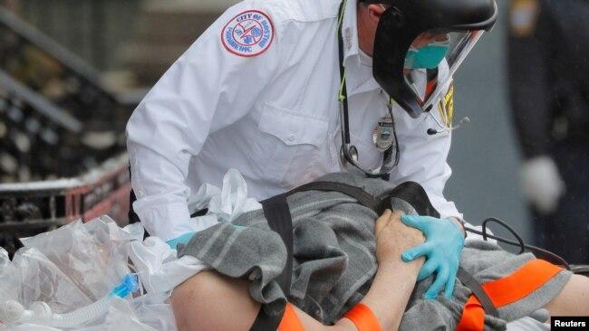 Nhân viên y tế và bệnh nhân Covid-19 tại Boston, Massachusetts, ngày 27/4/2020.