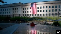 五角大樓掛上美國國旗紀念9/11襲擊事件(2018年9月11日)