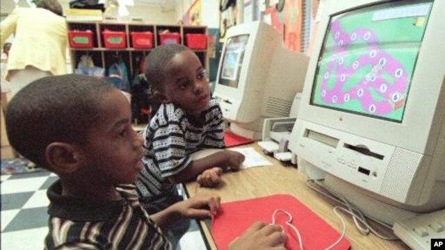 Banyak guru di AS menyakini bahwa pengunaan media hiburan baru, seperti  berbagai acara TV, musik, video games, SMS, jejaring sosial justru mengurangi kemampuan akademis murid (foto: dok).