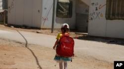 Une fille se rend à l'école dans le camp de réfugiés de Zaatari pour les réfugiés syriens, dans le nord de la Jordanie, le 6 août 2017.