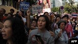 Những người đứng bên đường cổ võ cho đoàn biểu tình chống chính phủ đang tuần hành trên đường phố Bangkok, 20/1/14