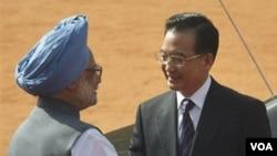 Perdana Menteri India Manmohan Singh menyambut PM Tiongkok Wen Jiabao di New Delhi.
