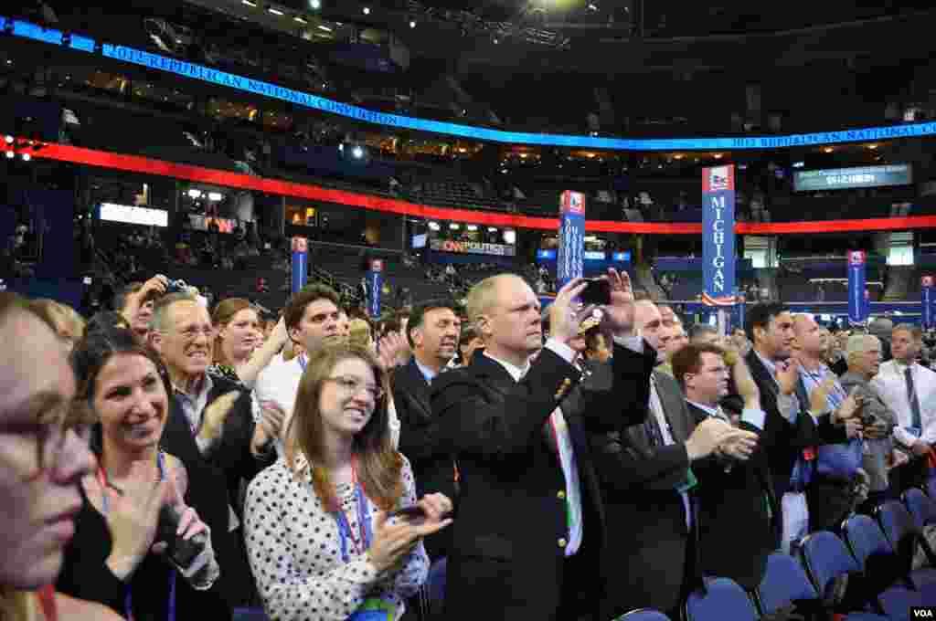 На съезд приехали около пяти тысяч делегатов. Часть из них – общественные активисты, других назначают партийные руководители.