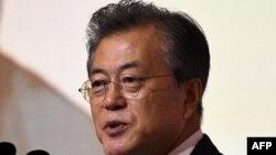 韩国总统文在寅称韩国必须作为美国和朝鲜的中间人