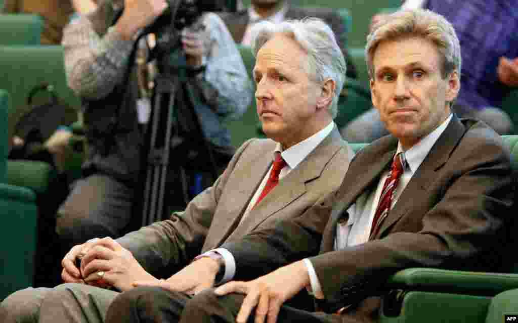 L'ambassadeur britannique Christopher Prentice (à gauche) et l'ambassadeur américain Chris Stevens lors d'une conférence de presse du leader rebelle libyen Mutafa Abdul Jalil après sa rencontre avec des leaders africains à Benghazi