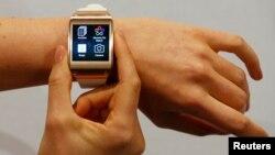 지난 4일 독일 베를린의 국제가전박람회에서 모델이 삼성 갤럭시 스마트폰을 선보이고 있다.
