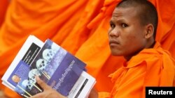FILE - A Buddhist monk attends a hearing for former Khmer Rouge leaders at the Extraordinary Chambers in the Courts of Cambodia (ECCC), on the outskirts of Phnom Penh December 7, 2011.