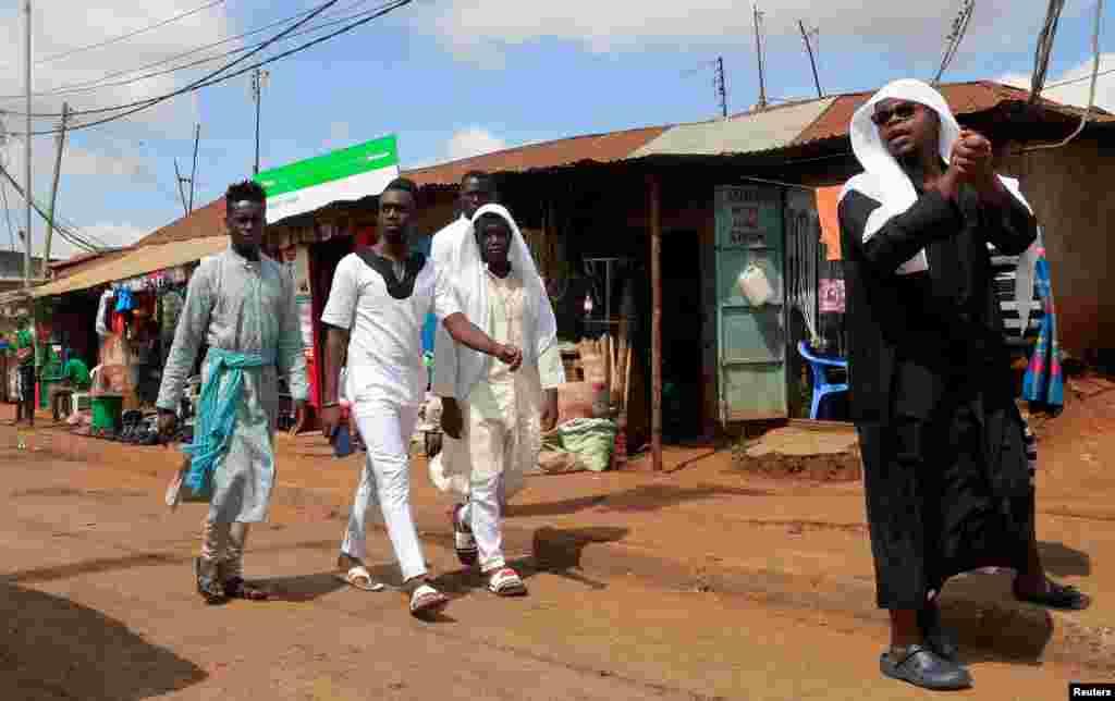 Waumini wanasali sala ya Eid al-Fitr mjini Nairobi katika kipindi cha janga la corona