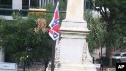 在南卡州議會前懸掛的邦聯旗幟