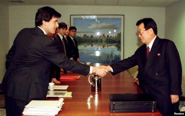 지난 1997년 3월 뉴욕에서 열린 한반도에너지개발기구(KEDO)와 북한 간의 경수로 공급 협상에서 미국의 미첼 리스 KEDO 자문관(왼쪽)과 북한의 장창천 외무성 연구원이 악수하고 있다.