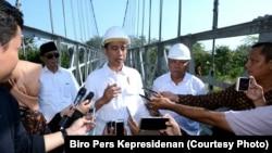 Presiden Joko Widodo usai meresmikan Jembatan Gantung Mangunsuko 2c Magelang Jawa Tengah Senin 18 September 2017. (Courtesy Photo: Biro Pers Kepresidenan)