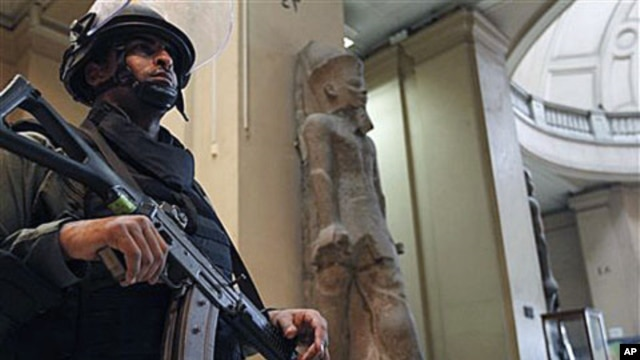 A member of the Egyptian special forces stands guard on the main floor of the Egyptian Antiquities Museum in Cairo, Egypt, January 31, 2011