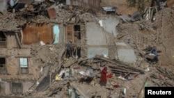 네팔 수도 카트만두 인근에서 지진으로 무너진 집을 다시 찾은 주민.