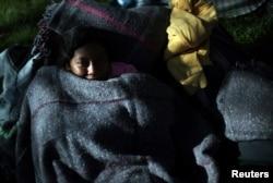Un migrante, parte de una caravana de miles de personas que viajan desde América Central hacia Estados Unidos, descansa en un campamento improvisado en la Ciudad de México, México, el 6 de noviembre de 2018. REUTERS / Hannah McKay.