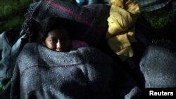 Miles de migrantes, incluidos niños, son parte de la caravana que permanece en un estadio de México y quieren llegar a EE.UU.