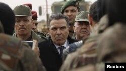 Bộ trưởng Quốc phòng Tunisia Farhat Horchani (giữa) gặp gỡ các binh sĩ ở Sabkeht Alyun, Tunisia, ngày 6/2/2016.