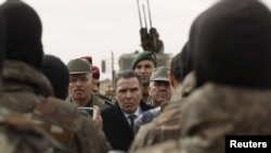 Le ministre tunisien de la Défense Farhat Horchani (au centre) parle aux soldats à Sabkeht Alyun, Tunisie, le 6 février 2016.