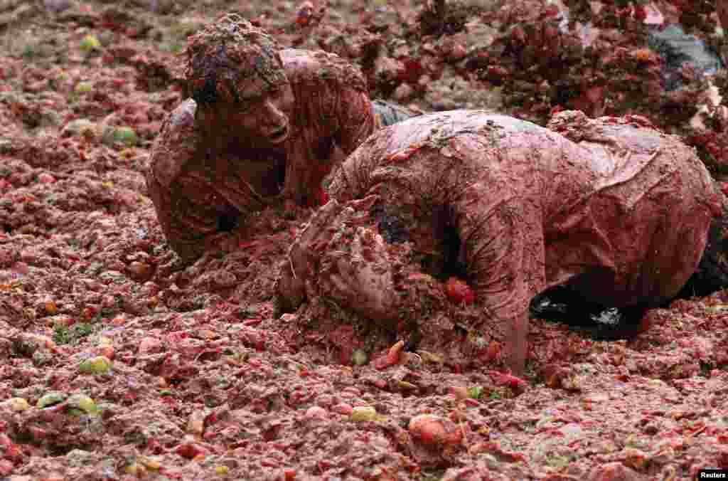 """""""Tomatina,"""" lễ hội vui đùa bằng cà chua trong tỉnh Sutamarchan của Colombia."""