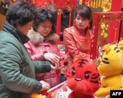 北京商店里顾客选购虎玩具