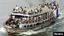 Một chiếc phà chở quá tải trên sông Buriganga ở Dhaka, Bangladesh.