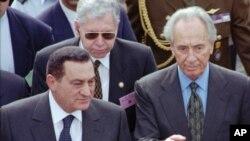 Hosni Mubara akiwa pamoja na waziri mkuu wa Israel Shimon Peres