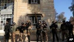 이라크 특수부대가 14일 모술 동부에 있는 모술 대학 구내에 진입했다.