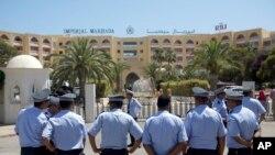 Des policiers assurent la sécurité des touristes à Sousse, Tunisie, 29 juin 2015.