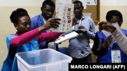 Uma delegada eleitoral mostra um boletim de voto durante a contagem no fim das eleições gerais em Luanda, Angola. 13 de Agosto 2017