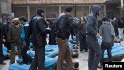 Los cadáveres fueron llevados a un lugar público para que los familiares los puedan identificar.