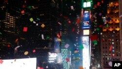 Более 1,5 тонн конфетти было сброшено на площадь Таймс-сквер в канун празднования Нового года
