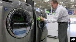 Pemerintah AS memberlakukan cukai tinggi untuk mesin cuci dan panel sinar surya impor (foto: ilustrasi).