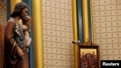 北京西什庫天主教教堂內一幅宗教畫作旁安裝的監控攝像機。 (2019年12月24日)