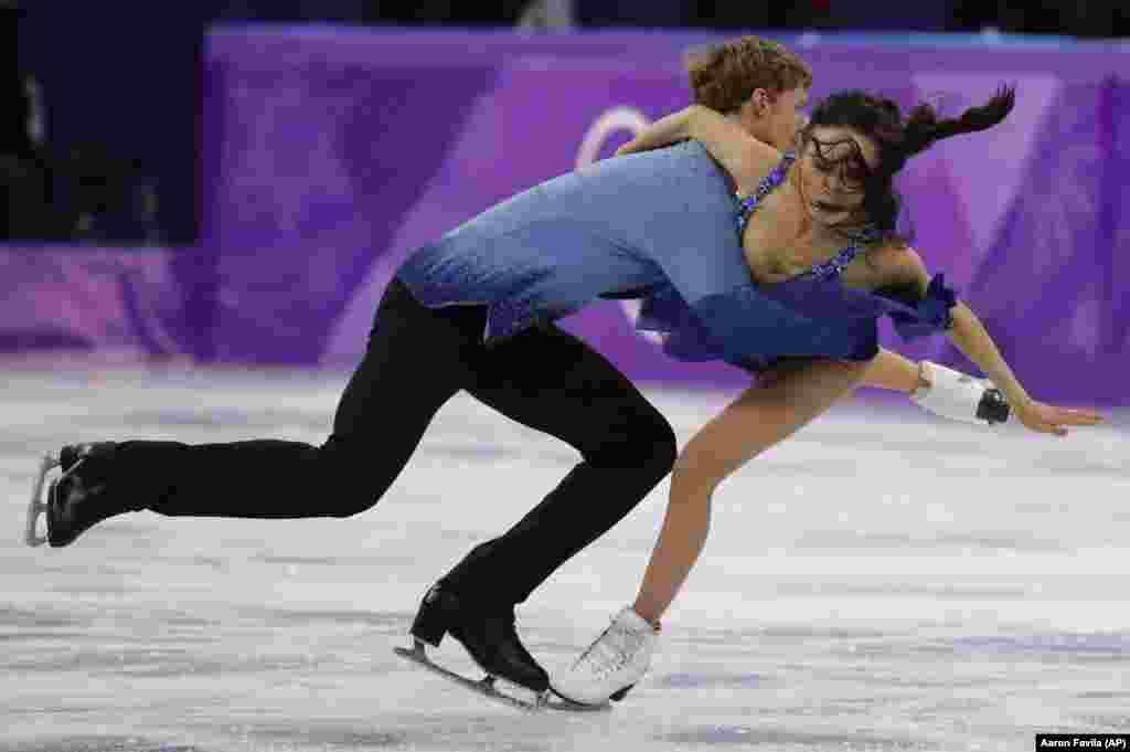 Пара із США Мадісон Чок та Еван Бейтс спіткнулися під час танців на льоду у довільному танці у вівторок 20 лютого, 2018 року.
