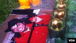 Foto Michael Jackson dan lilin-lilin yang dipasang oleh para penggemar sebagai penghormatan untuknya. (Foto; Dok)