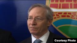 Michael Kirby, ambasadori amerikan në Serbi