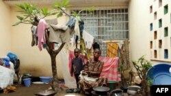 1 người mẹ và con bà tìm được chỗ tỵ nạn ở Duékoué sau khi bỏ trốn khỏi nhà vào tháng Giêng