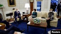 Presiden AS Joe Biden bertemu dengan para senator dari Partai Republik untuk membahas bantuan krisis COVID-19, di Oval Office, Gedung Putih, di Washington, 1 Februari 2021. (Foto: Reuters)
