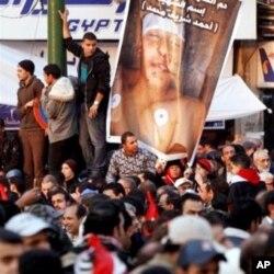 Les manifestants honorent leurs morts... tout en protestant
