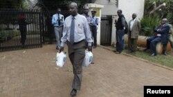Un detective keniano sale de la residencia de Olga Fonseca. Los investigadores aún esperan los resultados de la autopsia.