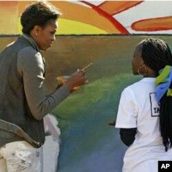 Mme Obama peignant une fresque en compagnie d'un groupe de jeunes du Botswana