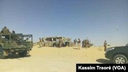 L'armée malienne patrouille dans le cercle d'Ansongo, région de Gao, au Mali, le 13 mars 2017. (VOA/Kassim Traoré)