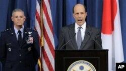 지난달 미군의 일본 내 성폭행 사건과 관련해 기자회견 중인 존 루스 일본 주재 미국 대사(오른쪽), 살바토레 안제렐라 주일미군사령관. (자료사진)