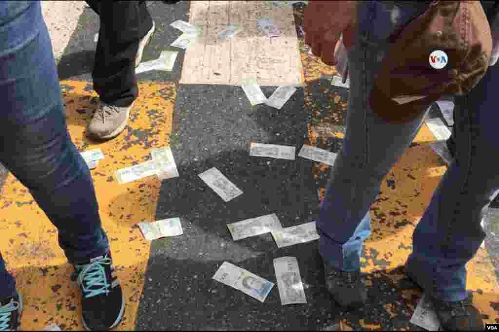 Bolívares devaluados tirados en el piso durante la protesta como símbolo de la hiperinflación y la crisis económica que atraviesa Venezuela.