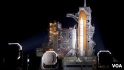 El transbordador espacial Discovery en la plataforma de lanzamiento 39A.