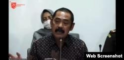 Wali Kota Solo Hadi Rudyatmo mengikuti pengarahan Presiden Joko Widodo mengenai penanganan Covid-19 kepada Kepala Daerah se-Jawa Tengah melalui video konferensi saat kunjungan kerja ke Jawa Tengah, Selasa, 30 Juni 2020. Rudy mempertanyakan kejelasan bagi