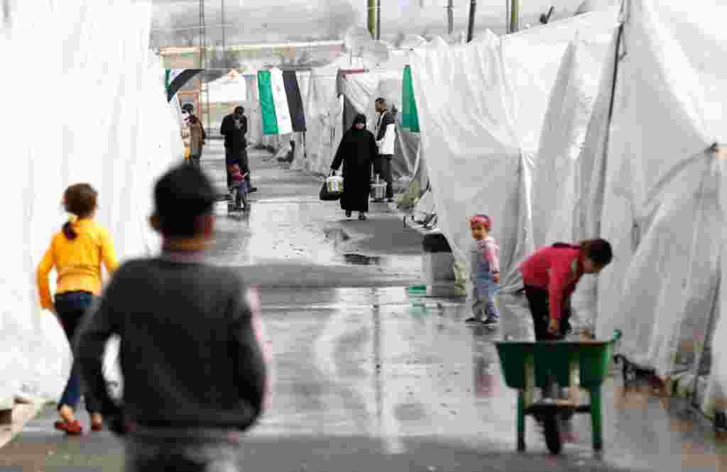 Para pengungsi Suriah di tenda-tenda mereka di kamp pengungsi Boynuyogun di perbatasan antara Suriah dan Turki. Terdapat sekitar 1.750 pengungsi yang tinggal di kamp (Reuters).