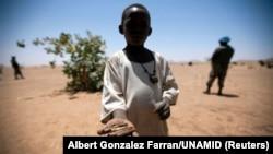 Un enfant a ramassé des munitions à Rounyn, un village situé à environ 15 km au nord de Shangil Tobaya, dans le nord du Darfour, le 27 mars 2011.