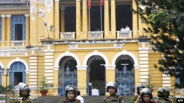 Công an canh gác trước Tòa án Nhân dân TPHCM