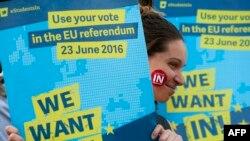 Para pendukung Uni Eropa menggenggam plakat bertuliskan ''Yes to Europe' dalam sebuah kampanye di Lapangan Trafalgar, London (21/6).