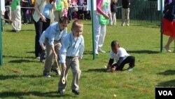 백악관 달걀굴리기 행사에 참가한 어린이들.